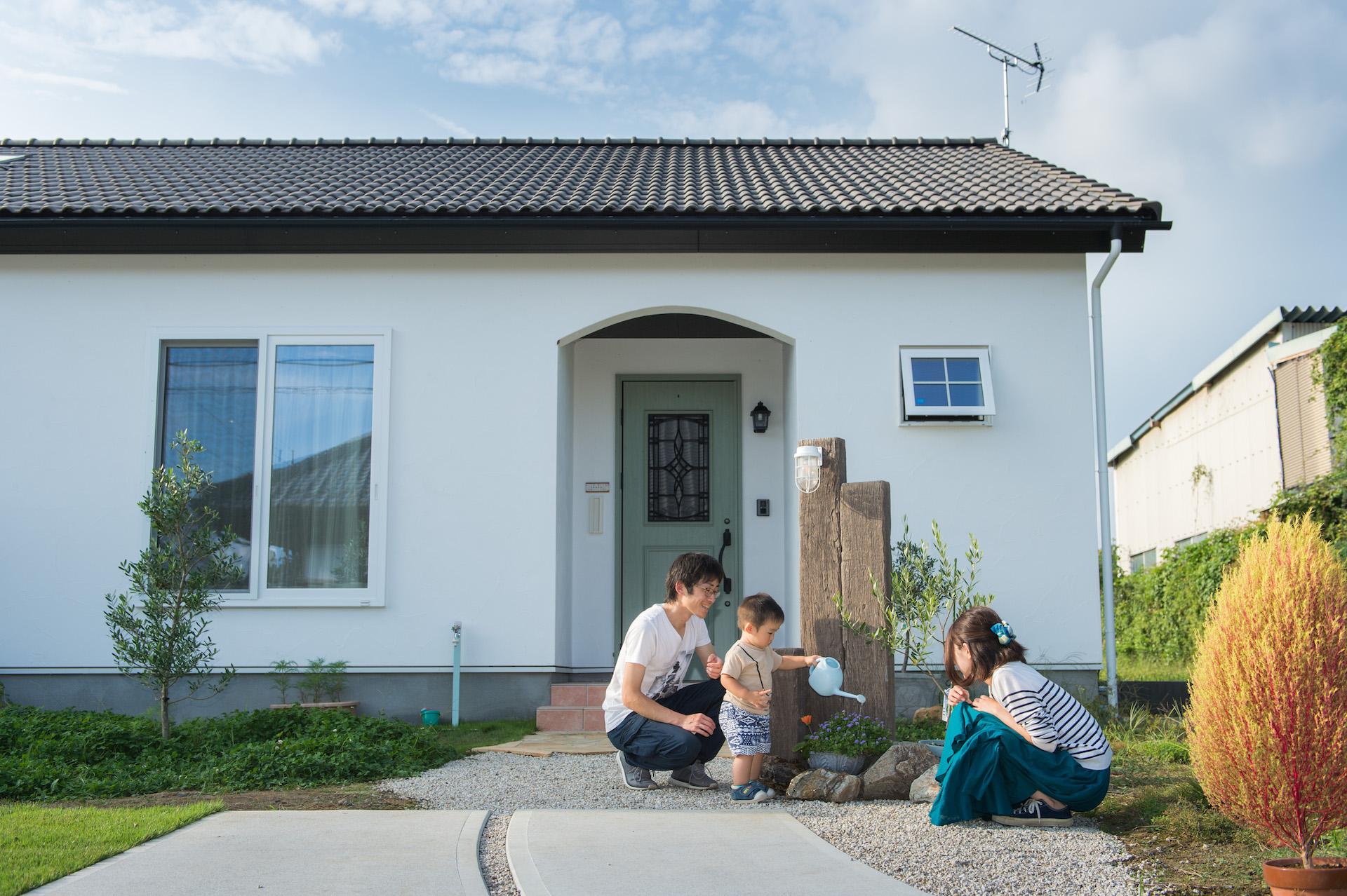 家族のための大きなリビングの平屋